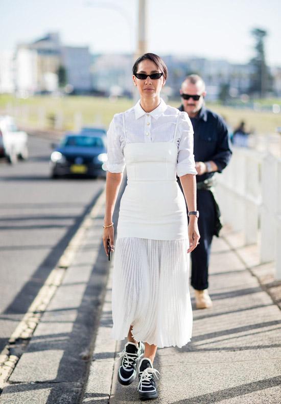 Контрастные черные кроссовки отлично дополняют легкое плиссированное платье.