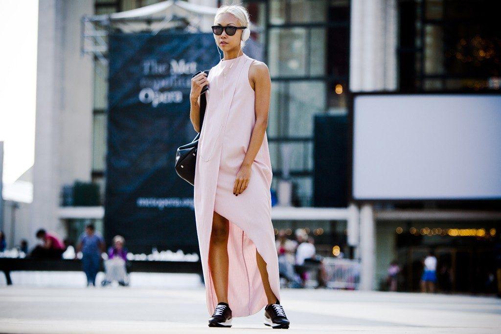 Платье-туника с кроссовками - идеальный образ для городских джунглей.
