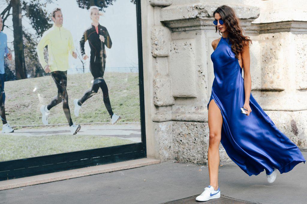 Летящее платье и кроссовки - эффектный и изысканный шик гарантирован.