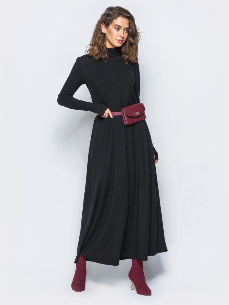 Элегантный двухцветный лук со строгим платьем-макси и ботинками цвета марсала.