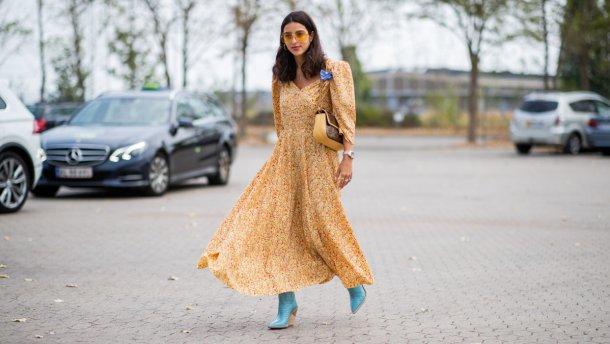 Легкое желтое платье и синие ботильоны создают прекрасную игру контрастов.