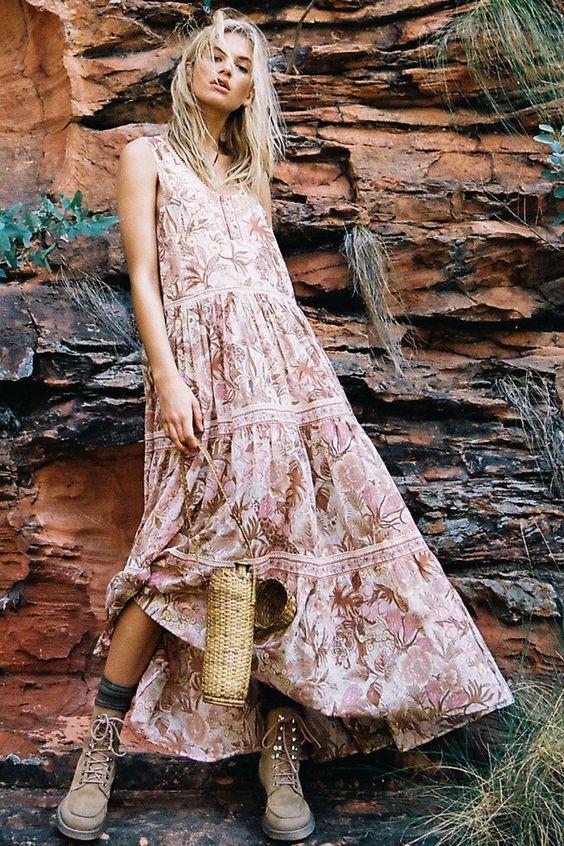 Платье в стиле бохо особенно женственно смотрится в паре с военными ботинками.