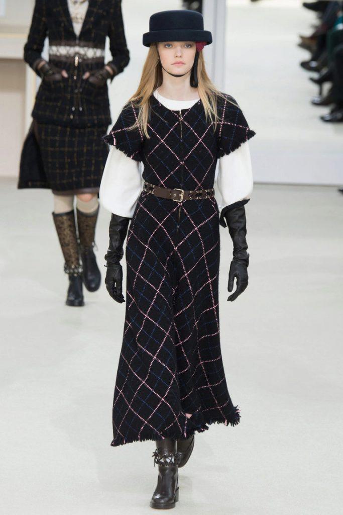 Элегантное платье будет особенно эффектно смотреться  с тяжелыми ботинками.