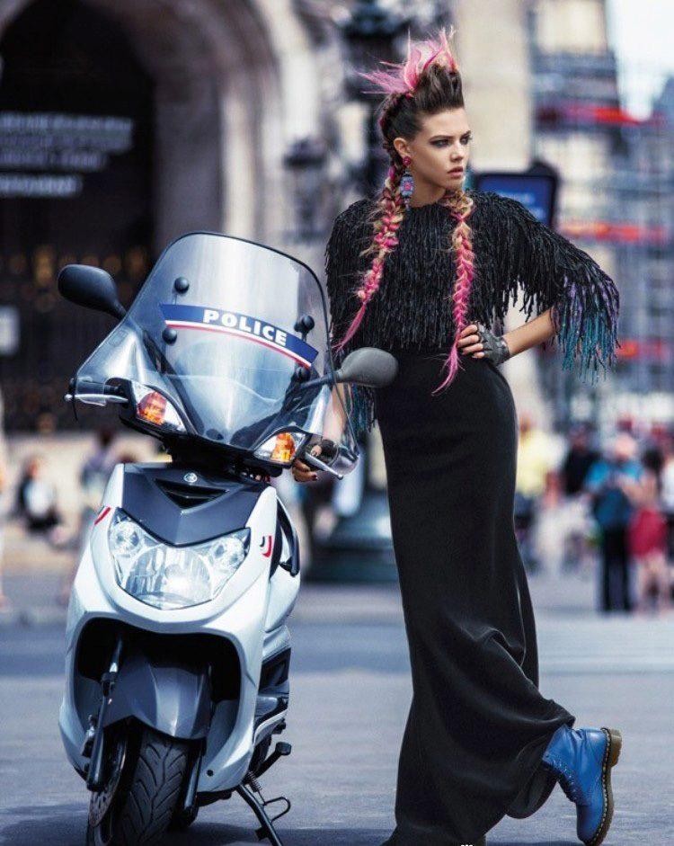 Эффектный гранж: строгий чёрный минимализм и броские синие ботинки.