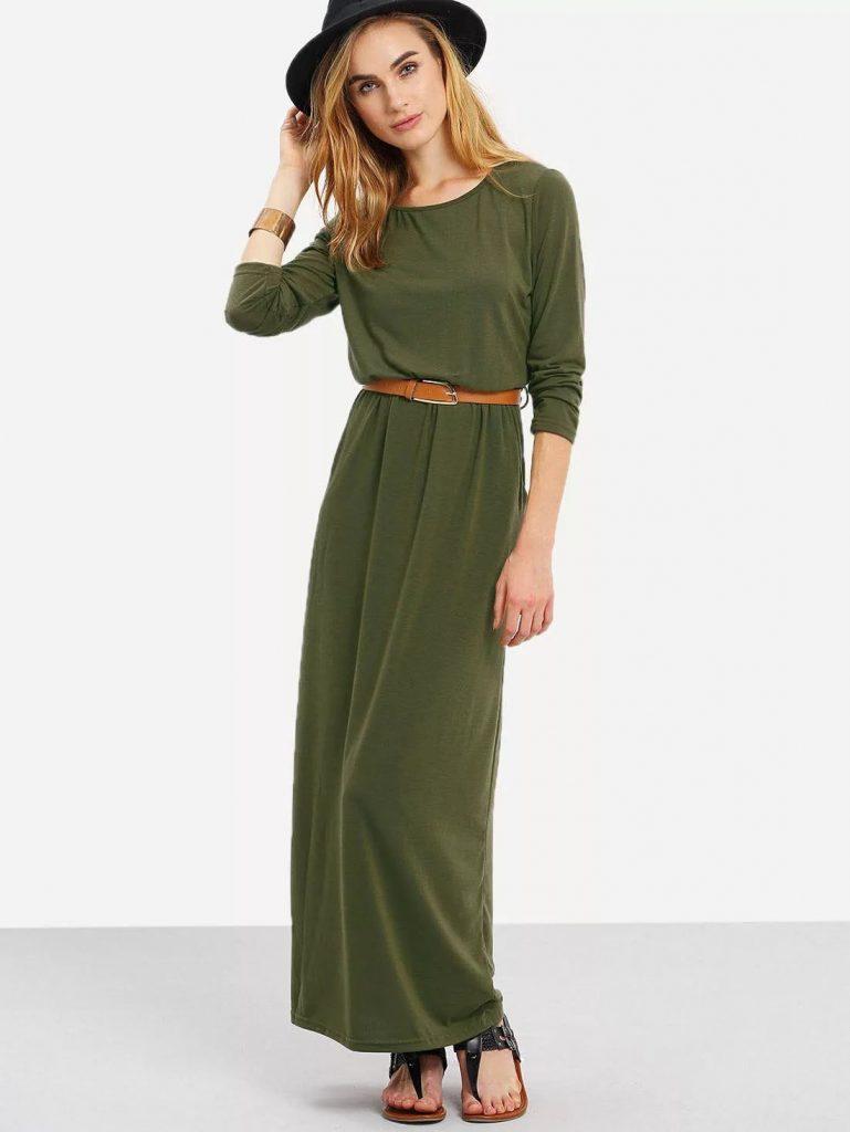 Эффектное оливковое платье удачно смотрится с босоножками на низком ходу.