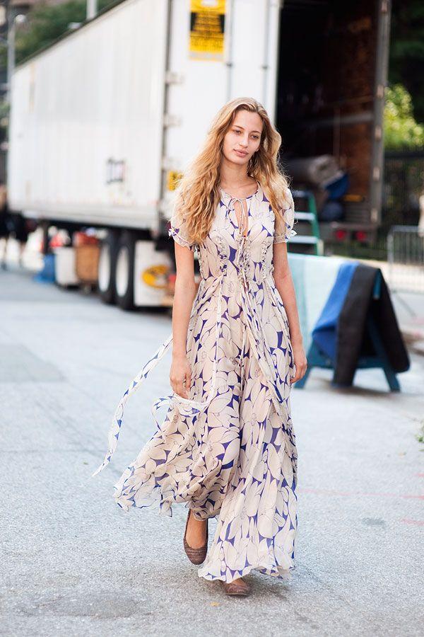 Легкое летнее платье прекрасно смотрится с балетками.
