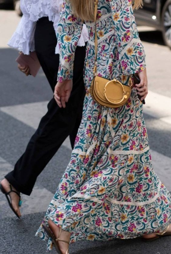 Длинное платье и сандалии отлично сочетаются в повседневных луках.