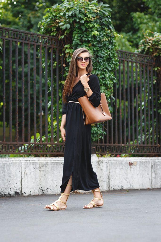 Золотистые сандалии в римском стиле прекрасно смотрятся со строгим черным платьем.