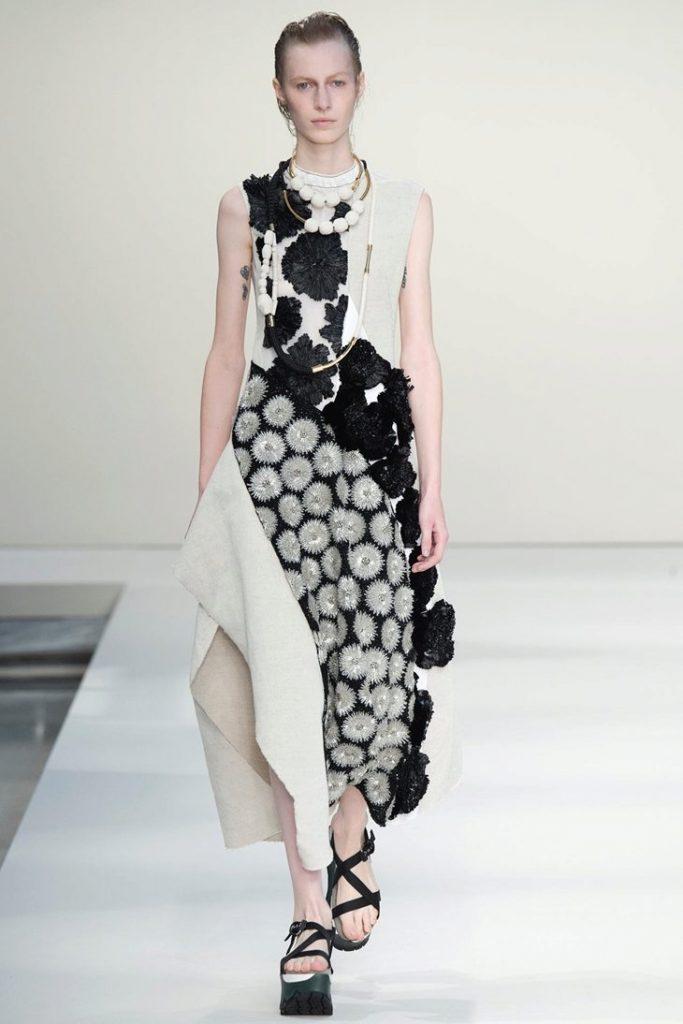 Босоножки на платформе удачно смотрятся с легкими летними платьями.