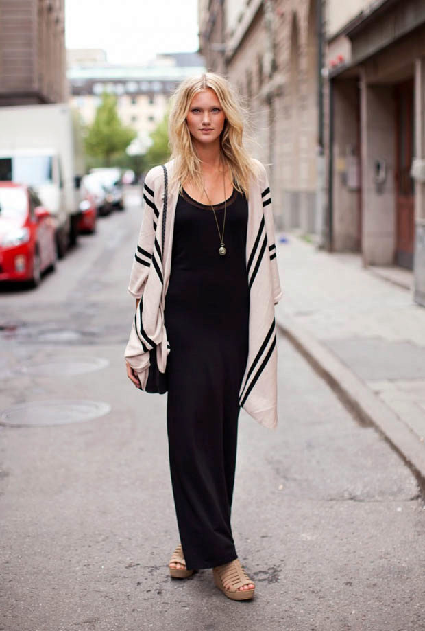 Нюдовые босоножки - отличная пара к черно-белому ансамблю с макси-платьем.