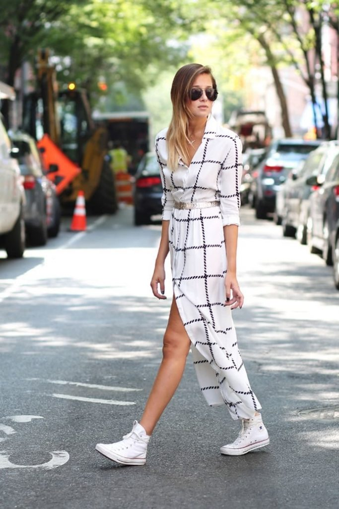 Эклектичный образ: кроссовки и макси-платье.