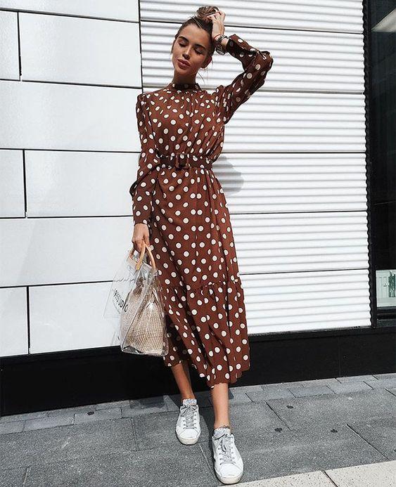 Коричневое платье-рубашка в горошек в сочетании с белыми кроссовками. Можно дополнить аксессуарами.