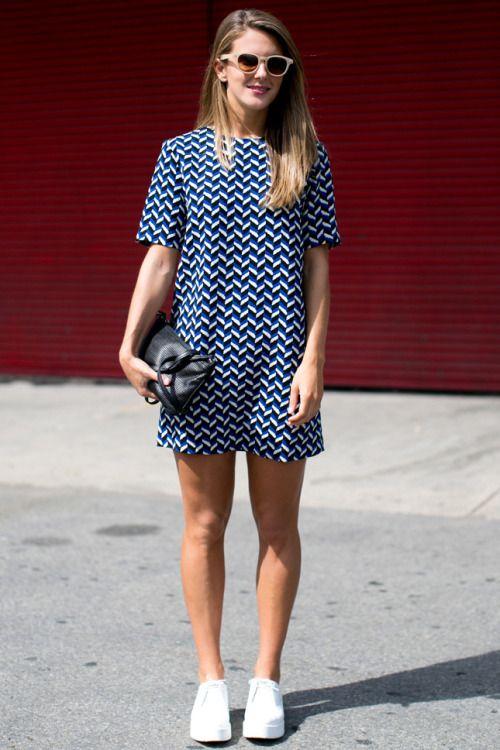 Синее короткое платье и белые кеды - удобно и модно.