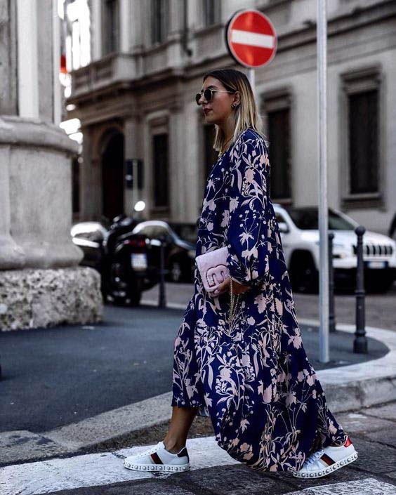 Легкое объемное платье в пол с цветочным принтом и белые кеды. Яркий и необычный образ.