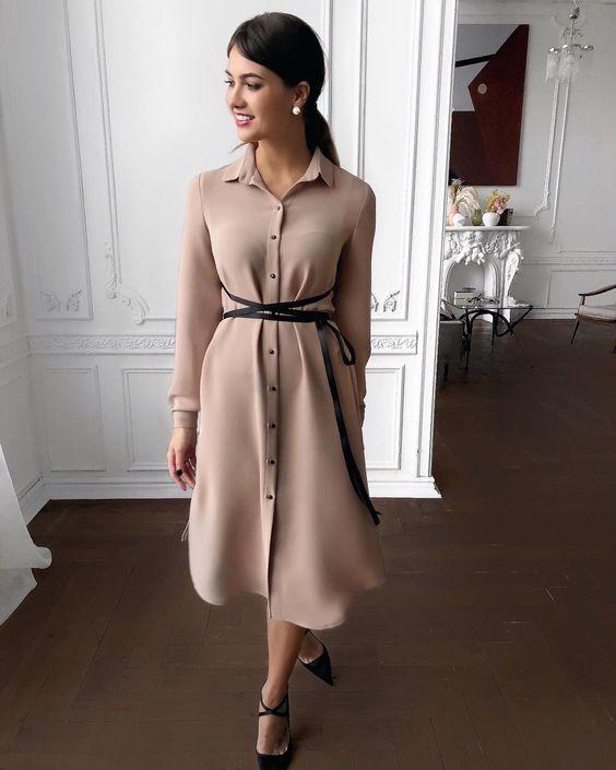 Шелковое нюдовое платье с тонким черным поясом очень нежно смотрится с черными туфлями на каблуке и заостренным носком.