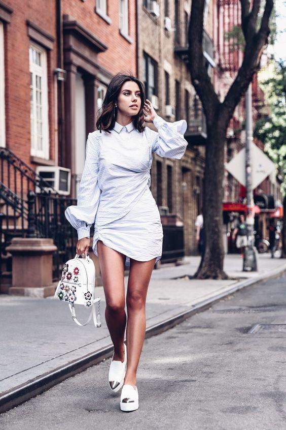 Под приталенное мини платье надели белые туфли на танкетке с металлическим носком.