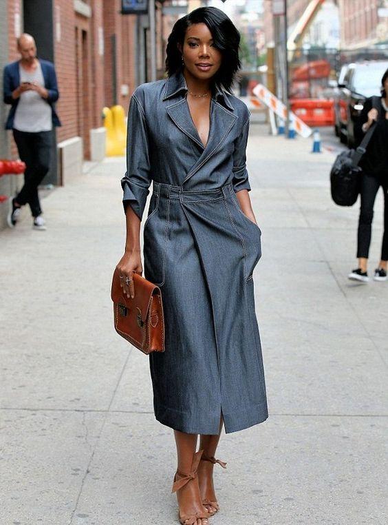 Платье из джинсовой ткани в сочетании с коричневыми замшевыми босоножками на каблуке. Образ дополняет такая же сумка.