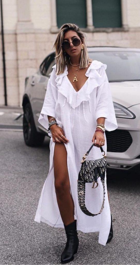 Легкое хлопковое белое платье-рубашку надели с грубыми кожаными черными ботинками.