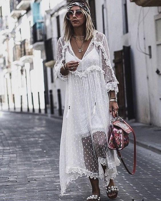 Такая модель платья красиво смотрится с нежными босоножками, украшенными жемчужинами.