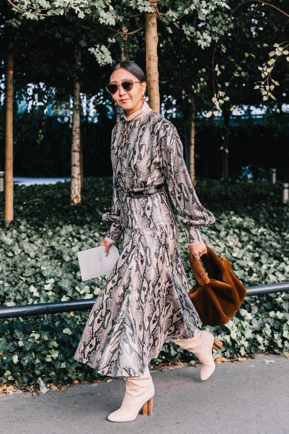 Платье с таким ярким принтом выигрышно смотрится с белыми ботинками на устойчивом коричневом каблуке.