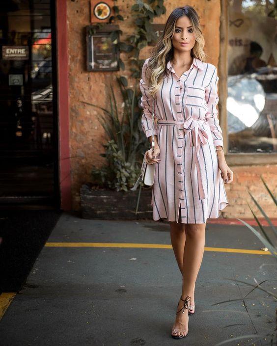 На фото платье в полоску с поясом, дополненное босоножками с прозрачными вставками.