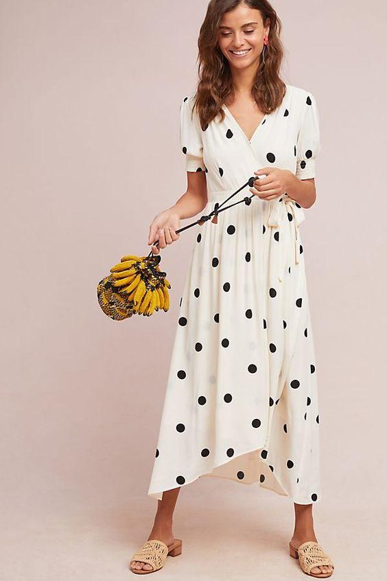 Длинное платье-рубашка в горошек в сочетании с легкими шлепанцами на невысоком каблуке.