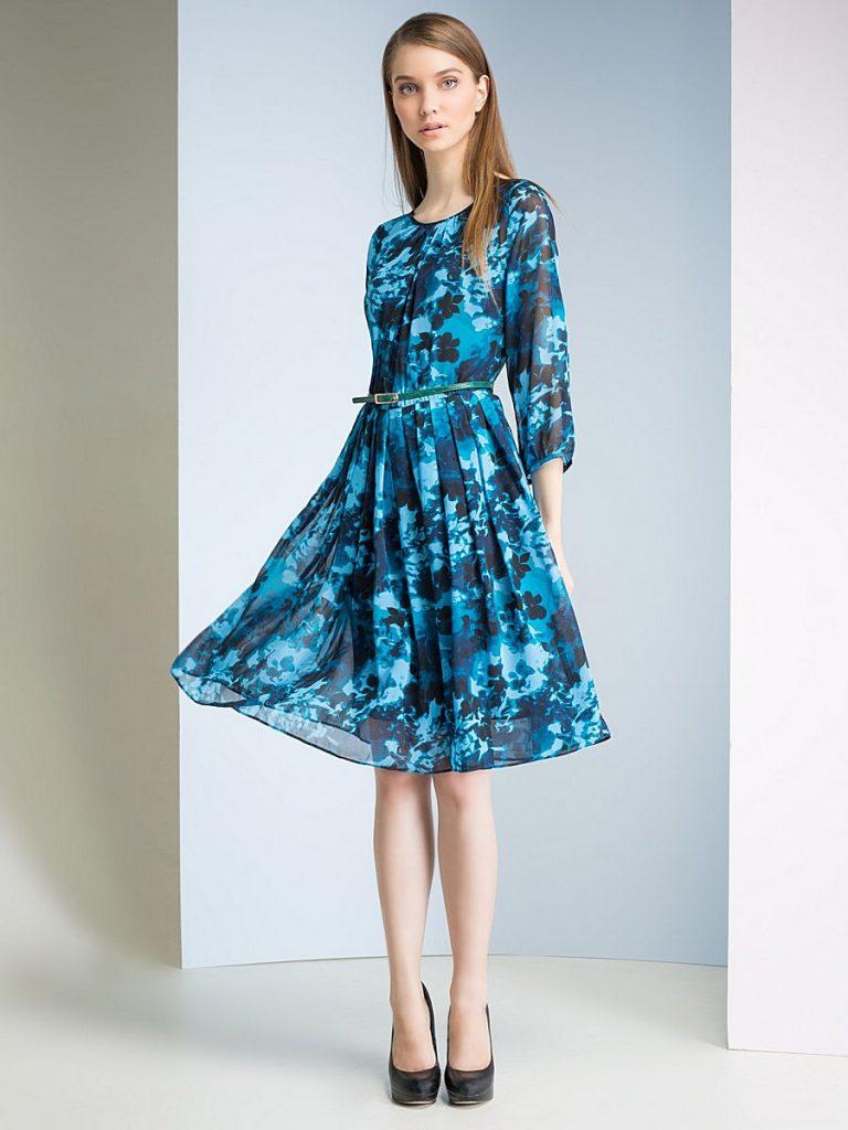 Расклешенное платье с цветочным принтом и черные лаковые туфли хороши для праздничного выхода.