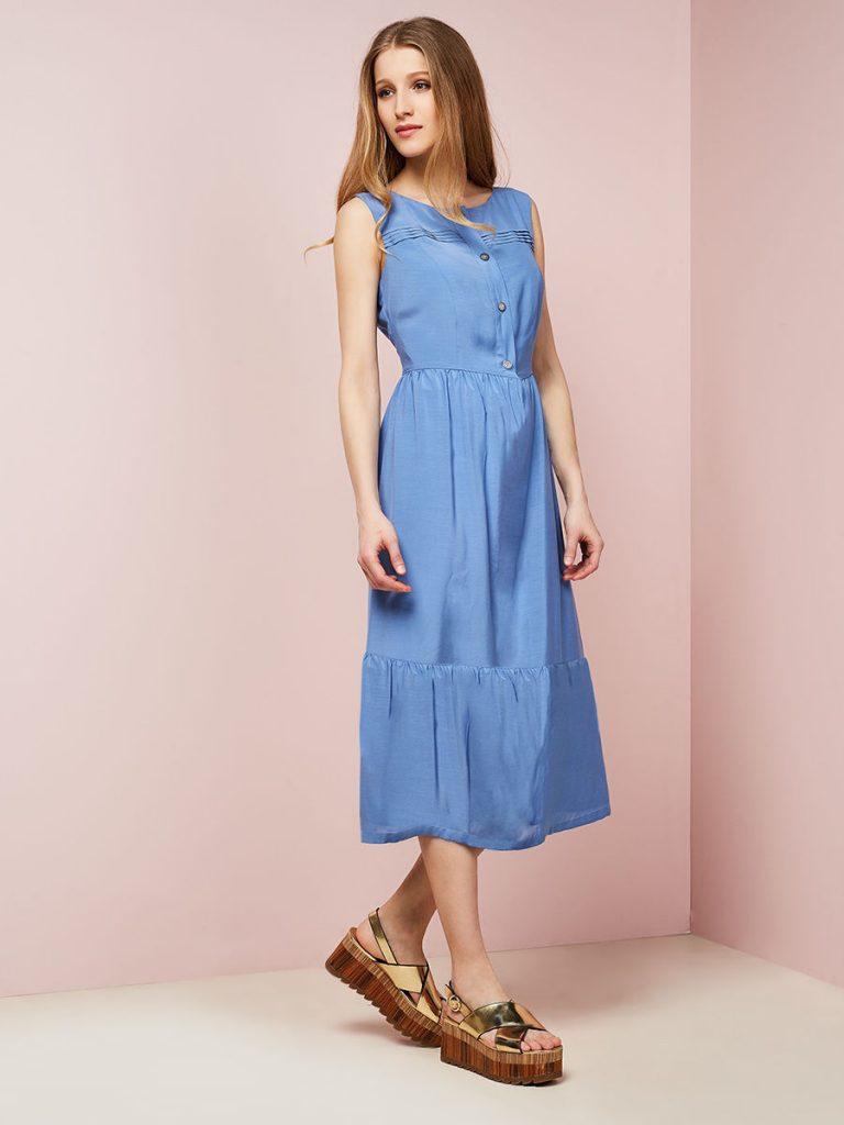 Платье со слегка расклешенной юбкой и босоножки на толстой подошве — красиво и удобно. Это отличный вариант повседневного лука.
