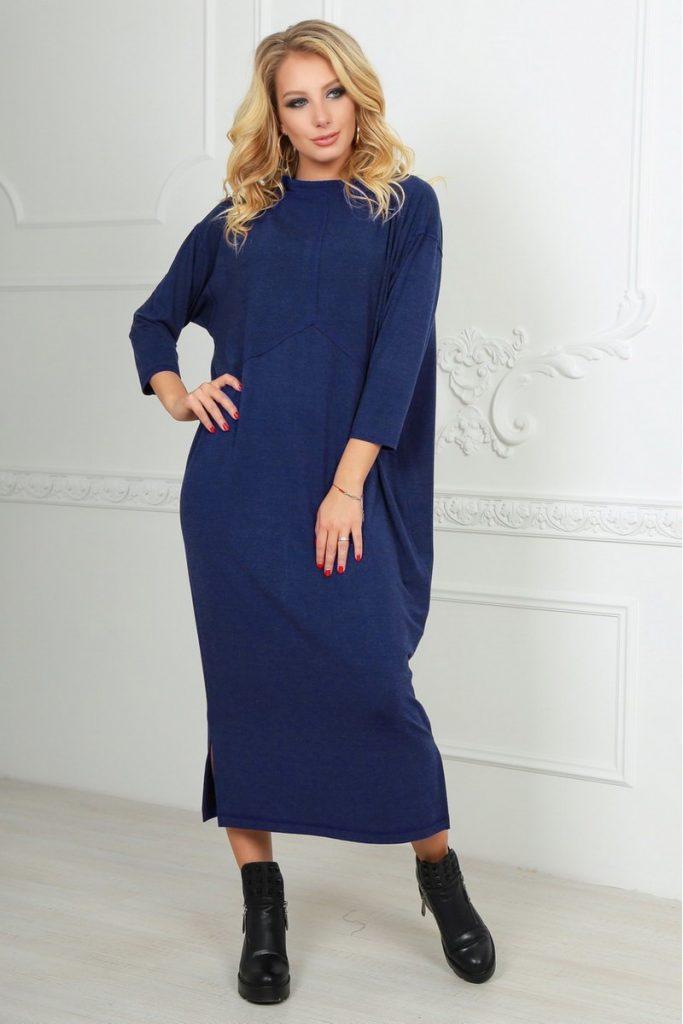 Длинное трикотажное платье и черные короткие сапоги — отличный вариант на осень.