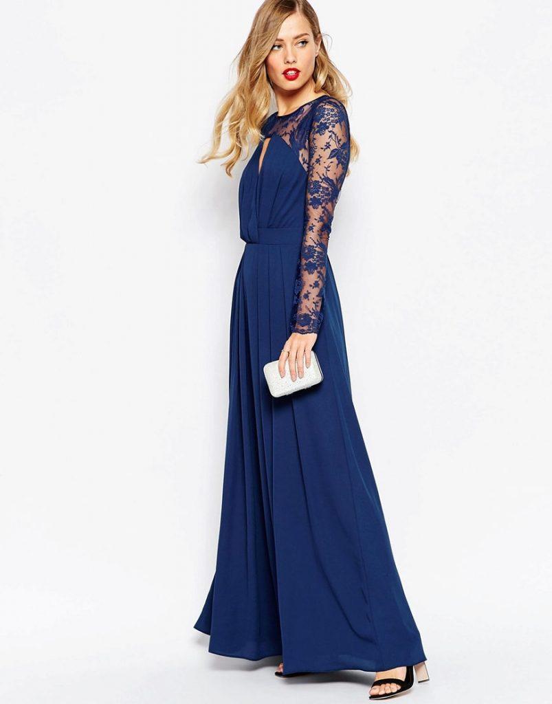 Платье в пол с босоножками на устойчивом каблуке и серебристым мини-клатчем выглядит богато.