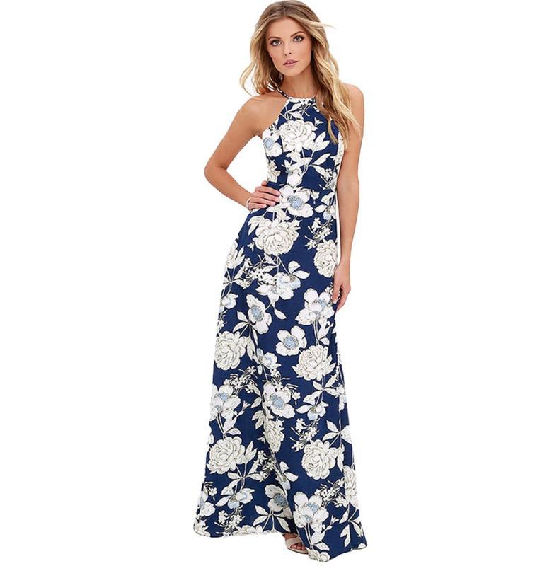 На фото акцент сделан на крупный цветочный принт платья макси, к которому хорошо подобраны пудровые босоножки.