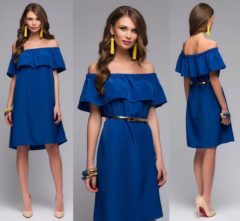 Чтобы выделить талию, платье с рюшем свободного кроя можно надеть с золотистым поясом.