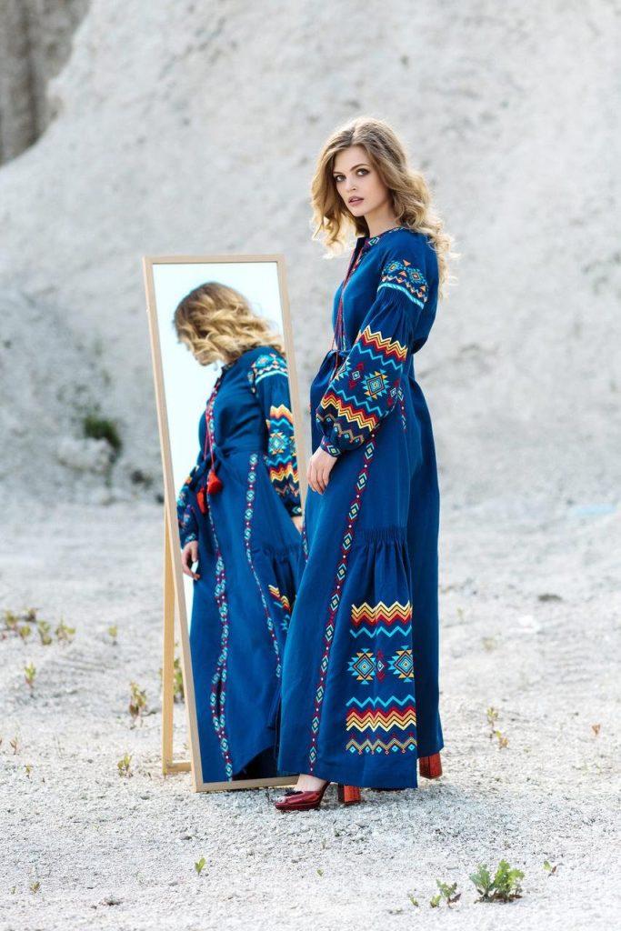 Яркий традиционный орнамент делает образ эффектным и нарядным.