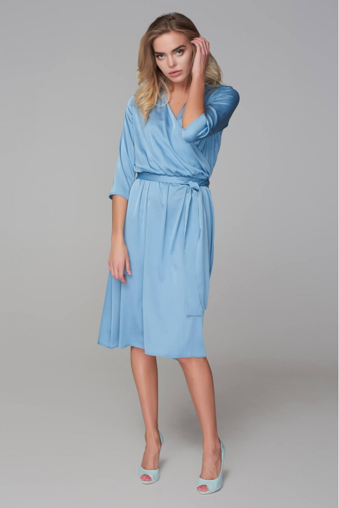Платье с запахом и туфли на шпильке — женственно и элегантно.