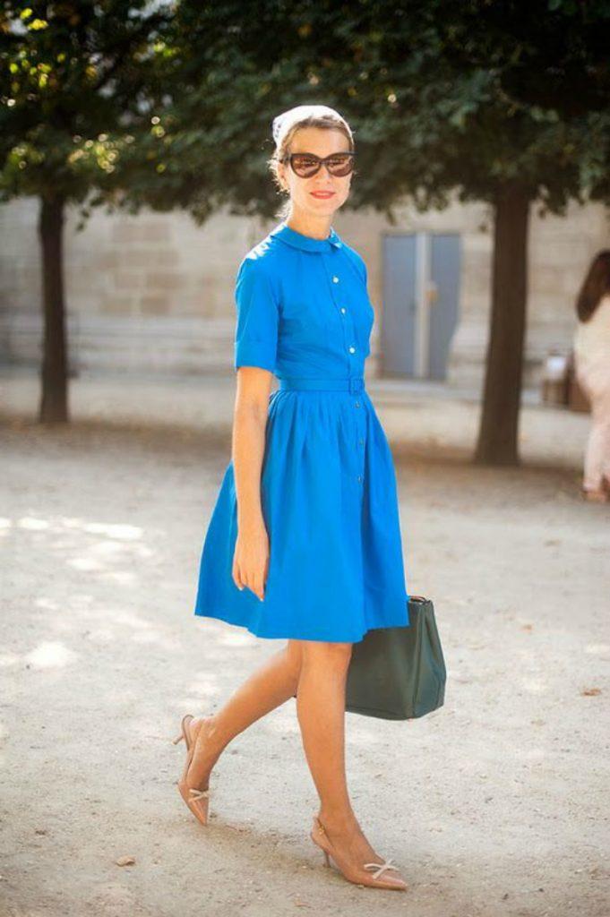 Бежевые туфли kitten heels и синее летнее платье — классическое сочетание.