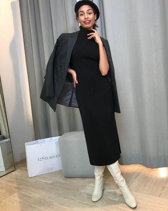 Черное классическое платье-футляр, пиджак мужского кроя, берет и белые кожаные сапоги на низком ходу - стильный лук.