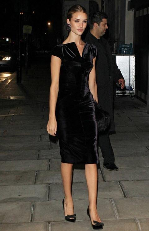 Замшевое черное платье-футляр надето с черными аккуратными балетками.