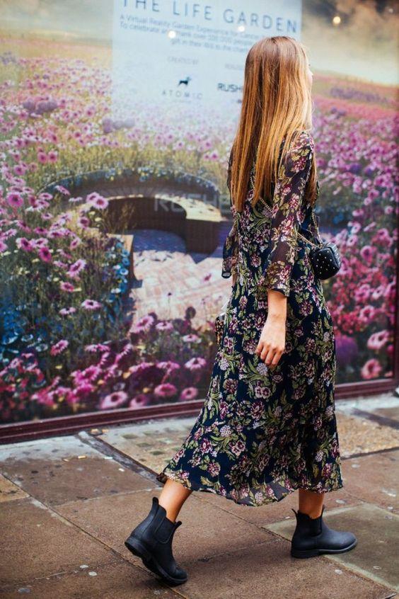На фото шелковое платье в пол с цветочным принтом и обычные черные челси.