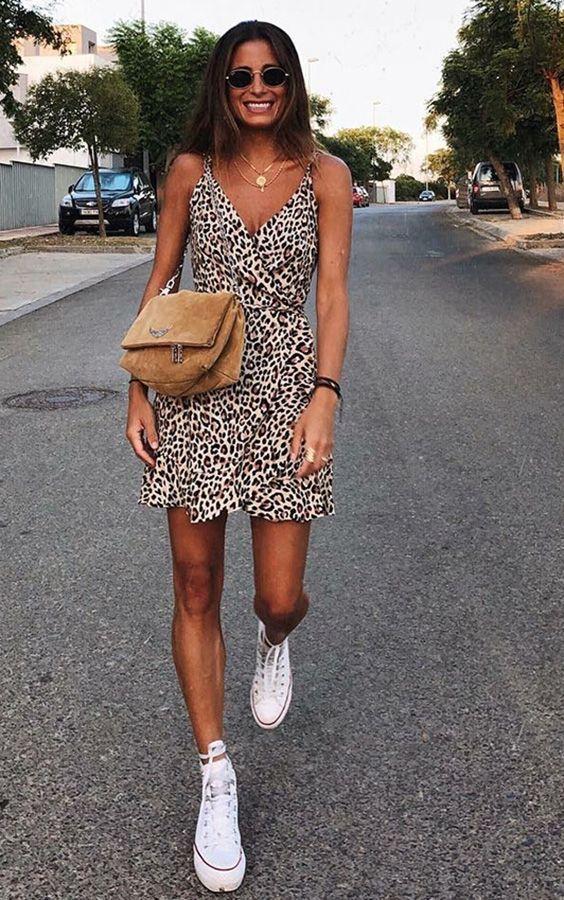 Короткое леопардовое платье с декольте, белые кеды нюдовая замшевая сумка - стильный образ на лето.