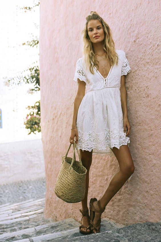 Хлопковое короткое белое платье с кружевами и коричневые эспадрильи. Образ дополнен веревочной сумкой.