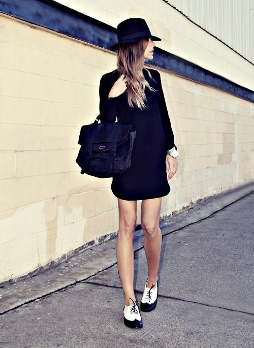 Черное классическое платье выше колена и черно-белые оксфорды.