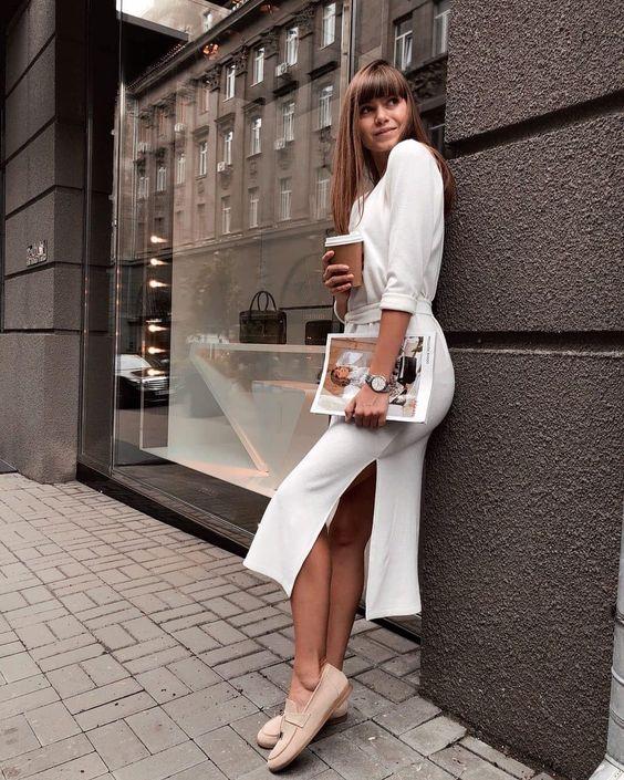 Белое миди-платье и бежевые лоферы нежно смотрятся вместе.