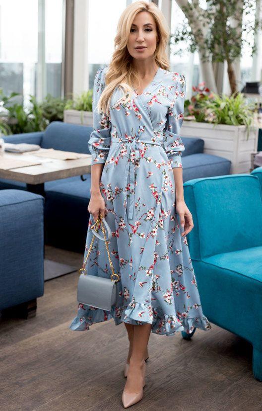 Нежно-голубое платье с цветочным принтом и такого же цвета сумка в сочетании с нюдовыми лаковыми балетками.