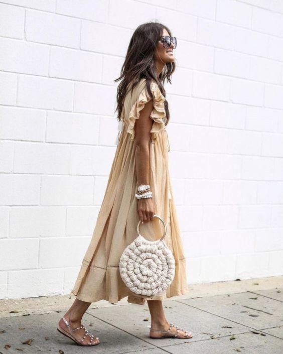 Хлопковое свободное платье в пол и аккуратные босоножки с камнями - идеальный аутфит на лето. Образ дополнен веревочной сумкой.