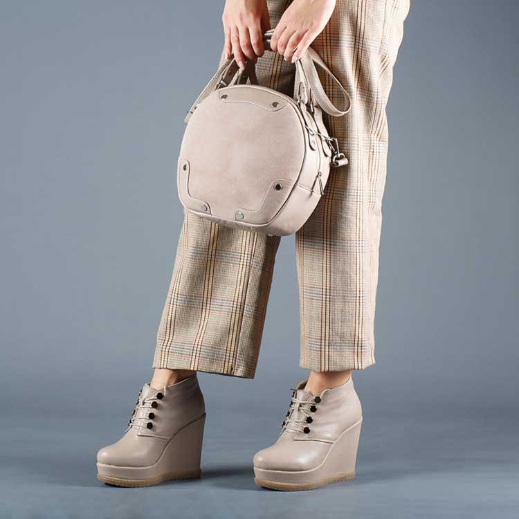 Серо-бежевые ботинки, брюки в клетку и круглая сумочка — модные тренды сезона.