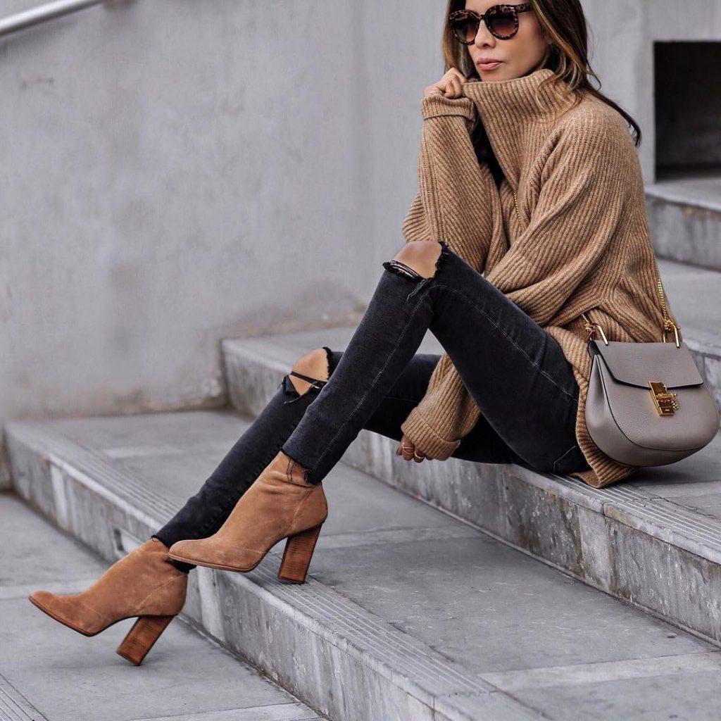 Объемный свитер и ботинки цвета оранжевый беж, серая сумочка, зауженные штаны — идея для поклонников casual.