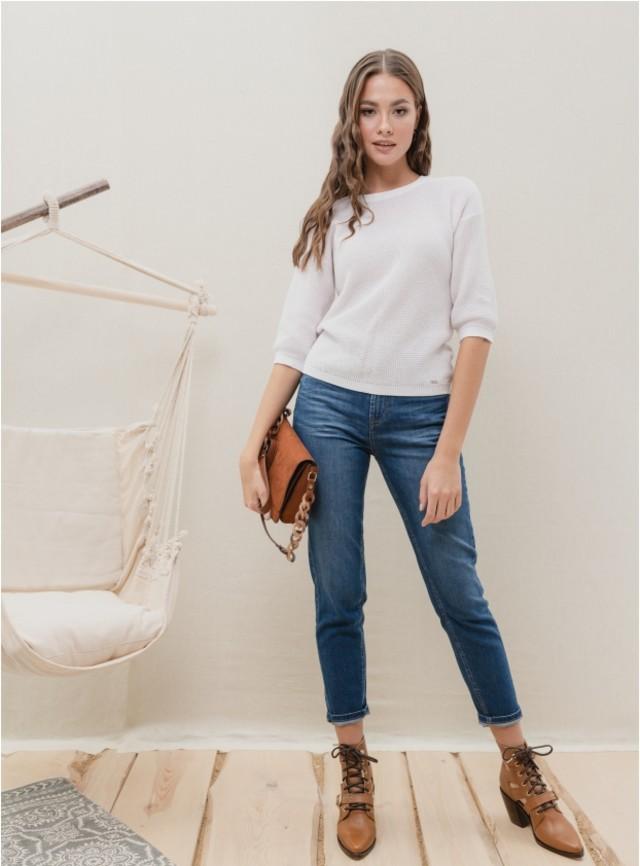 Синие укороченные джинсы, легкая кофта, клатч и обувь на толстом каблуке — стильный минимализм.
