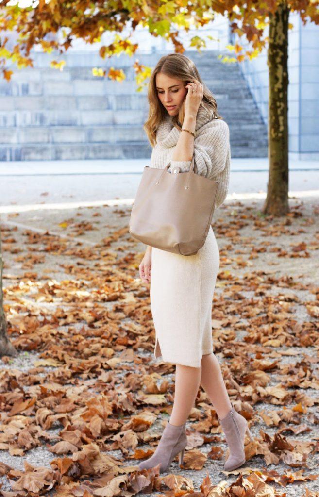Обувь на шпильке, юбка прямого кроя, свитер и сумка — лаконичный деловой образ в пастельных тонах.