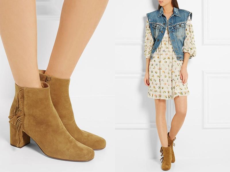 Платье с милым принтом, джинсовый жилет и ботинки желто-бежевого цвета — вариант повседневного лука.