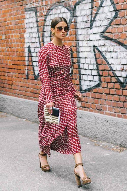 Яркое красное платье-миди и замшевые коричневые босоножки на платформе и высоком каблуке отлично смотрятся вместе.